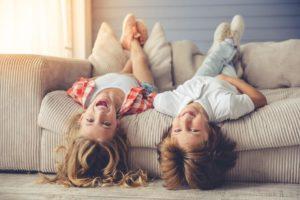 Диван и дети – как сделать дружбу безопасной и комфортной?